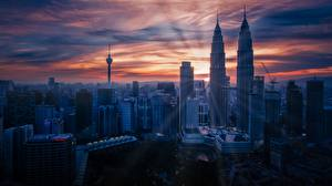 Обои Малайзия Небоскребы Рассвет и закат Мегаполиса Куала-Лумпур Petronas Twin Towers Города