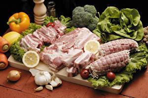 Фотографии Мясные продукты Перец овощной Овощи Лук репчатый Томаты Чеснок Свинина Разделочной доске