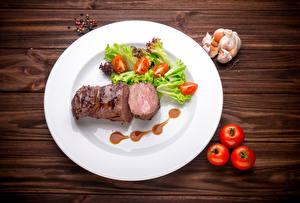 Фотографии Мясные продукты Овощи Помидоры Чеснок Перец чёрный Доски Тарелке Еда