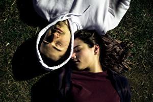 Фото Мужчины Любовники Вдвоем Лежачие Сверху Брюнеток Капюшоном Спящий молодая женщина