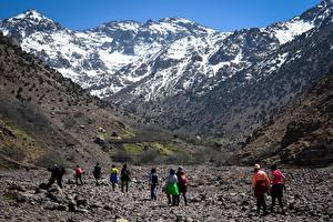 Фотография Марокко Горы Камень Снега Скала Путешественник Гуляет Atles Природа
