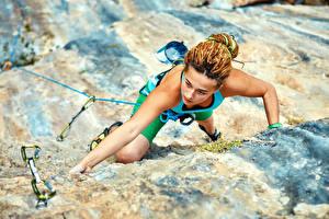 Картинка Альпинизм Скалы Рука Альпинист молодые женщины Спорт