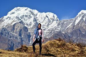 Фото Горы Азиатка Утес Снеге Турист Очков Himalayas, Nepal Природа Девушки