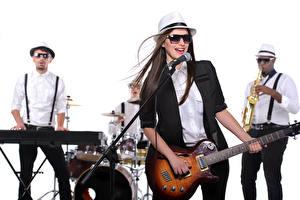 Картинки Музыкальные инструменты Белый фон Брюнетки Шляпа Очки С гитарой Микрофон молодые женщины