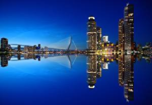 Обои для рабочего стола Нидерланды Рассветы и закаты Вечер Небоскребы Мосты Отражение Rotterdam, Nieuwe Maas river Города