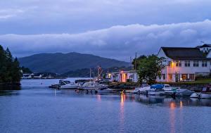 Картинка Норвегия Берген Здания Вечер Пирсы Катера Залив город