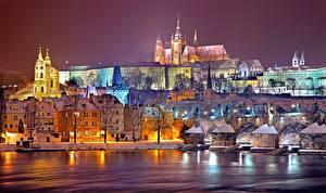 Фотографии Прага Чехия Зима Реки Здания В ночи Prague castle, Vltava