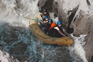 Фотография Рафтинг Реки Камень Лодки Мужчина Униформе Шлема Спорт