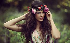 Фотография Роза Шатенка Рука Волосы Венок молодые женщины