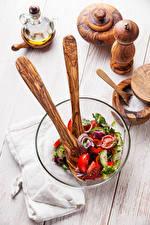 Картинки Салаты Овощи Доски Тарелке Соль Миска Продукты питания