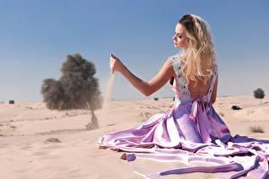 Картинки Песке Блондинок Платья Сидит Пляж Руки молодые женщины