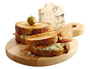 Фотография Сэндвич Хлеб Сыры Оливки Белом фоне Разделочной доске Еда