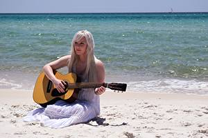 Обои Море Пляжа Блондинок Платья Сидит Гитара