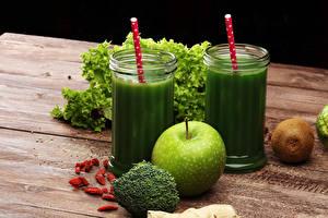 Фото Смузи Овощи Яблоки Киви Доски Стакана Зеленая Продукты питания