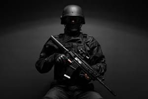 Картинка Солдат Военная каска Автоматы Серый фон Униформа военные