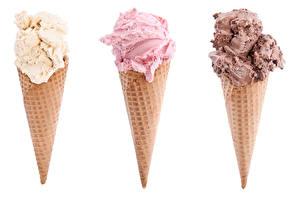 Картинка Сладкая еда Мороженое Белом фоне Трое 3 Вафельный рожок Еда