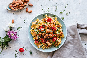 Картинка Вторые блюда Орехи Хризантемы Мясные продукты Помидоры Тарелке Макароны Пища