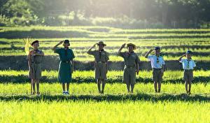 Фотография Азиатки Трава Мальчики Девочки Шляпе Флаг Улыбка Униформа Шорты Скауты ребёнок
