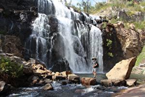 Фотографии Австралия Камни Речка Водопады Скалы Путешественник MacKenzie Falls Природа