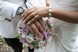 Фото Букет Часы Наручные часы Пальцы Брак Двое Руки Ювелирное кольцо