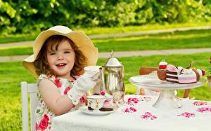 Обои Пирожное Чайник Шляпы Улыбка Девочки Стола Чашке Дети