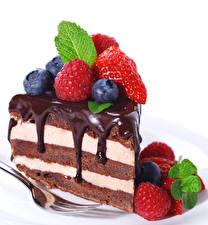 Фото Пирожное Малина Черника Шоколад Белом фоне Вилка столовая Еда
