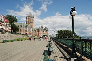 Фотография Канада Замки Квебек Скамья Уличные фонари Ограда Отеля Chateau Frontenac город
