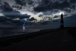 Картинка Берег Маяки Небо Ночью Залива Молния Природа