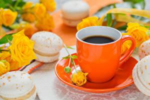 Картинка Кофе Розы Чашка Макарон Блюдца Продукты питания