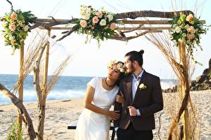 Фотографии Влюбленные пары Мужчины Азиаты Пляже Свадьбе Два Жених Невеста Платье Венком девушка
