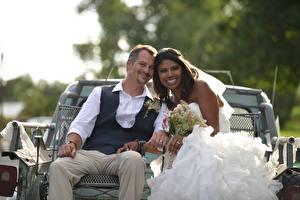 Фотография Любовники Мужчины Свадьбе 2 Женихом Невесты Улыбается Брюнетки Сидящие Негры Девушки