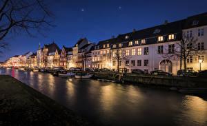 Картинка Дания Копенгаген Дома Пирсы Водный канал Ночь Уличные фонари город