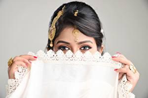 Картинка Глаза Украшения Пальцы Брюнетка Смотрят Маникюра Кольца Indian Девушки
