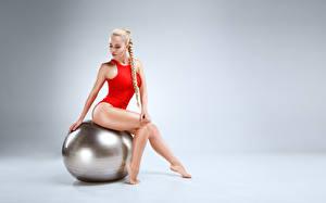 Обои Фитнес Сером фоне Мячик Блондинок Косы Сидя Ноги В купальнике Красивый Девушка Девушки
