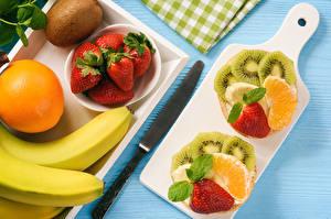 Обои для рабочего стола Фрукты Клубника Апельсин Бананы Киви Нож Разделочная доска Нарезанные продукты Пища