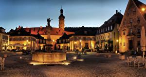 Картинка Германия Здания Фонтаны Скульптуры Городская площадь Кафе Ночь Уличные фонари Weikersheim город