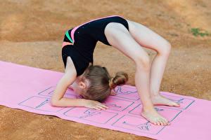 Фотография Гимнастика Девочка Тренируется Ноги спортивный