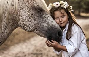 Фотографии Лошади Любовь Девочки Венок Объятие Дети Животные
