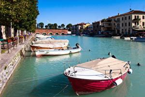 Картинки Италия Причалы Река Здания Лодки Peschiera Del Garda, Mincio river Города