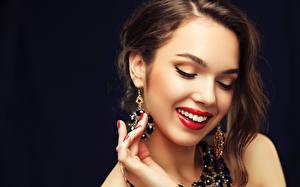 Фото Украшения Пальцы На черном фоне Лицо Шатенки Улыбается Красные губы Серег Маникюра молодые женщины