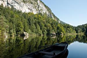 Фотографии Озеро Лодки Горы Леса Австрия Скале Альп Berglsteiner See, Kufstein, Tyrol Природа