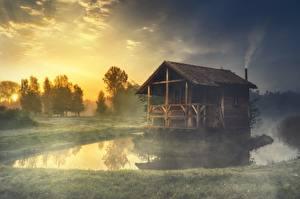 Картинка Озеро Здания Траве Тумане Из дерева