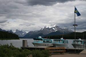 Картинки Причалы Катера Озеро Горы Канада Флаг Скамейка Джаспер парк Alberta, Lake Maligne Природа