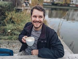 Фото Мужчины Сидя Улыбается Куртки Бородатые Чашке