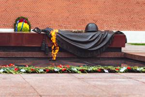 Фотография Памятники Пламя Военная каска Россия Москва Eternal flame, grave of the Unknown soldier