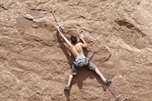 Картинка Альпинизм Мужчины Альпинисты Стена Скалы Спина Ног