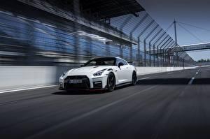 Фотографии Nissan Белый Движение GT-R R35 Nismo 2020 2019 Автомобили