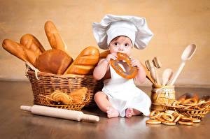 Обои для рабочего стола Выпечка Хлеб Булочки Сидит Мальчик Младенцы Шапка Корзины Повары Дети