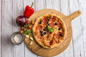 Обои Пицца Чеснок Лук репчатый Перец Оливки Доски Разделочная доска Еда