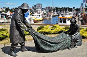 Картинка Польша Пристань Катера Скульптуры Ловля рыбы Памятники Kolobrzeg